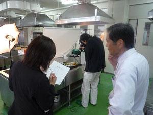 記者の方にレシピについて説明される村上先生