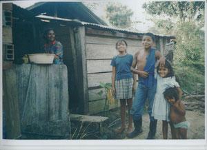 eine Familie vor dem Haus