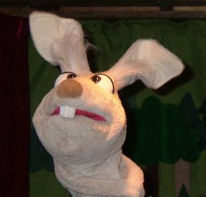 """Nein, noch ist nicht Ostern! Aber unser Hase Hoppel freut sich auf deinen Besuch bei unserem neuen Stück """"Die Gänsekönigin"""" am 27. und 28. April 2013. Karten kannst du jetzt schon reservieren!"""
