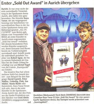 """Mit dem """"Sold Out Award"""" werden Künstler ausgezeichnet, deren Konzerte und Shows bereits im Vorfeld komplett ausverkauft sind, wie hier Kaya Yanar in Aurich. Foto: SonntagsReport v. 29.01.2012"""