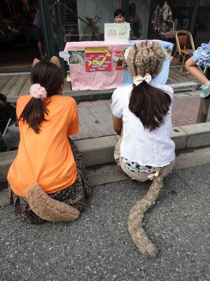 紙芝居を見るツシマヤマネコ娘