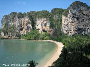 Les splendides falaises de la baie de Ton Saï en Thaïlande