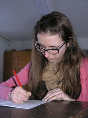 Maria beim Schreiben ihrer Gedanken