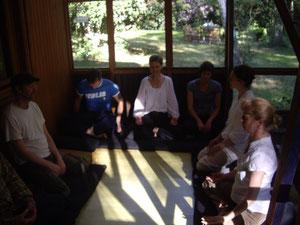 Meditationstreffen im Wintergarten eines Wochenendhauses von Freunden.