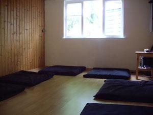 Meditation in der alten Meditationslaube am 20. Mai 2012  vor Beginn. Echtes Meisterwetter!