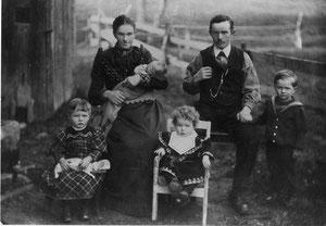 Marie und Franz Iten mit den ältesten vier Kindern.