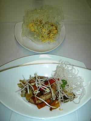 Chinesischer Truthahnwok mit Eierreis in der Reisteigschale