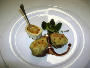 Gratinierte Tournedos vom Rindslungenbraten mit Markkruste, Burgundersauce, Markknochen und glacierte tournierte Zucchini