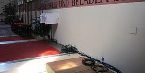 Im Altarraum werden neue elektrische Leitungen unter Putz gelegt.