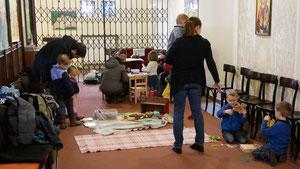 Kinder in der Seitenkapelle, September 2015