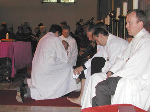 Die Fußwaschung während der Abendmahlfeier am Gründonnerstag symbolisiert das Dienen. Foto vom Gründonnerstag 2005.