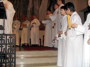 Mit Ratschen und Glocken wird die stille Zeit der Trauer eingeläutet. Damit verstummen bis zur Osternachtsmesse die Glocken. Foto vom Gründonnerstag 2005.
