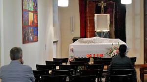 Am Karfreitag und Karsamstag ist in der Seitenkapelle Gelegenheit zum stillen Gebet beim Heiligen Grab.