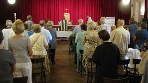 Während der Ausmalarbeiten in der Kirche finden Messen im Pfarrsaal statt.