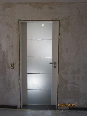 Glastüfüllung teilsatiniert in seitlichen genuteten Türfrießen/ Zarge in Weislack
