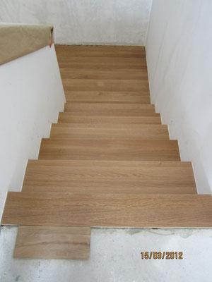 Treppenabwicklung mit Blick auf die Mittelpodestplatte u / flächenbündigen Bodenanschluss zum Parkett