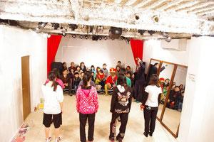 「La☆DoLL」のリハーサルを見学する福島家族