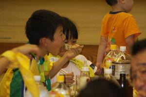 食欲旺盛な子どもたちです。