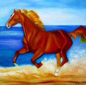 cheval courant dans le sable à proximité d'une mer bleue