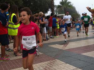 La pequeña Paula Zamorano entrando en meta. PINCHA MÁS FOTOS
