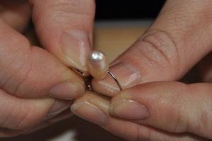 Die Ringe werden in die Perle eingepasst...