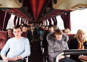 Участники в экскурсионном автобусе