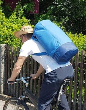 """Mann mit Adidas Convertible am Fahrrad, Adidas Sporttasche """"Convertible 3 Streifen"""" Test: praktische Adidas Sporttasche mit Schuhfach, Adidas Sporttasche mit Rucksackfunktion"""