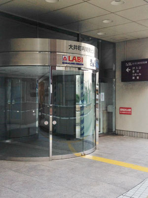 こちらから入り、エレベーターで  4階「第一グループ活動室」  までお越しください。
