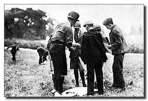 En Brownsea durante el primer Campamento Scout en 1907