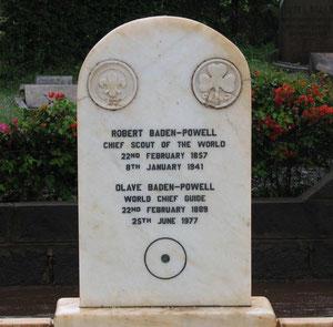 """Tumba de B. P. y Olave en Kenya con el signo de """"fin de pista"""""""