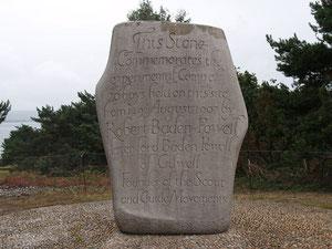 Piedra que conmemora el primer campamento scout en la Isla de Brownsea en 1907