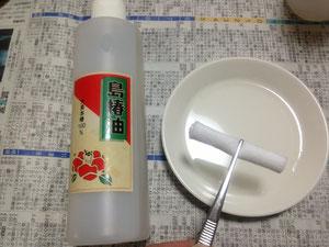 小皿に椿油を注いだところ