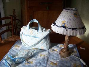 Parure de chambre avec sac à langer, lampe de chevet et couverture au patchwork