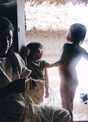Blick in eine der Kogui-Hütten: Eine Frau ordnet Agavenfasern zur Herstellung einer Mochilla, der typischen Umhängetasche der Kogui.