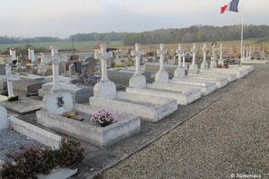 """Au centre du cimetière, un drapeau tricolotre indique la rangée des """"corps restitués""""."""