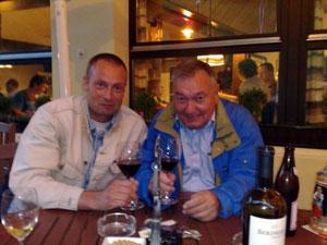 """Erich von Däniken (r.) und der Autor Judas Aries am """"schönsten Ort der Welt"""", Dorint-Bar, Beatenberg/CH"""