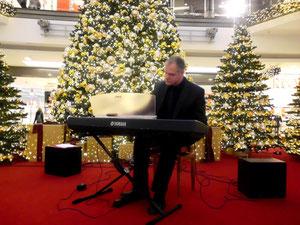 diverse Musiker sorgen im Basement der Citygalerie für weihnachtliche Stimmung