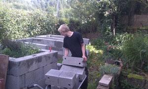 und bekommt deshalb Gartenbeete die in Stehhöhe bepflanzt werden können zur Seite gestellt