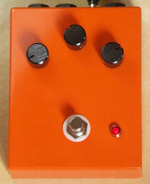 La mise en boite intégre un buffer (actif même en bypass). J'ai conservé la finition orange vif de la colorsound originale.