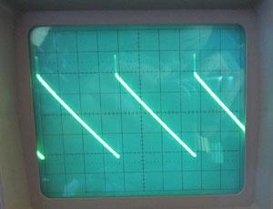 """Régler le potard """"coarse"""" sur une fréquence moyenne et régler tous les trimmers à mi course. Ajuster T3 (10K) pour équilibrer la dent de scie autour de 0."""