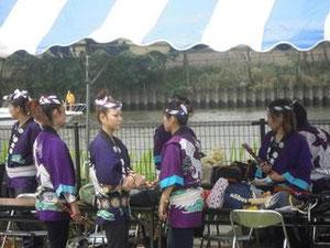 着替えをして演奏時間を待つ子寿太鼓女子の面々!
