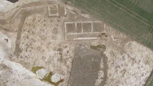 Sébastien Charrier Vue aérienne de l'enclos du sanctuaire et du bâtiment romain mis au jour à Thézy-Glimont dans la Somme