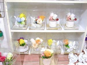 練馬桜台ガーデニングショップ かのはの 繊細で可愛いプリザーブドフラワーに元気色でほのかな香りのソープフラワーを合わせました。