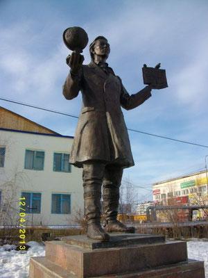 Памятник Учителю в г. Покровск, РС(Я). Автор фотографии - Емельянова А. Н.