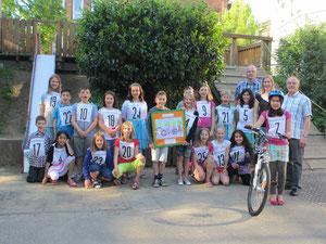 Die Schüler freuen sich über die 5 Fahrräder.