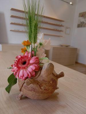 亀の花器に癒されてます
