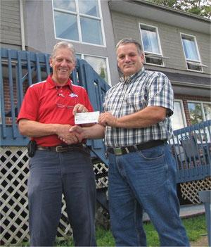 M. Paul Grenier de l'AAPFQ remettant un chèque de 5000$ à M Jacques-Denis Simard de la Maison La Vigile.