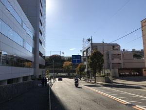 麻生区役所を右手にゆるい下り坂を交差点まで進みます