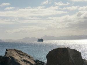 Blick von den Papageienstränden auf die Fähre von Fuerteventura