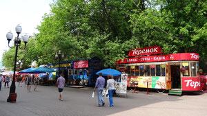 ...Gasthüser i usrangierta Bus und Schtrossabahna